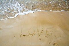 Mer d'amour écrite sur la plage Images stock