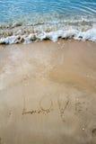 Mer d'amour écrite sur la plage Photographie stock libre de droits