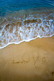 Mer d'amour écrite sur la plage Photo stock