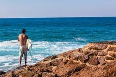 Mer d'entrée de saut de roche de surfer photographie stock libre de droits