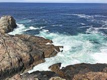 Mer d'Irlande l'Oc?an Atlantique de roches sur la chauss?e Co de Giants de littoral Antrim Irlande du Nord image libre de droits