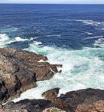 Mer d'Irlande l'Oc?an Atlantique de roches sur la chauss?e Co de Giants de littoral Antrim Irlande du Nord images libres de droits