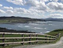 Mer d'Irlande l'Oc?an Atlantique de roches sur la chauss?e Co de Giants de littoral Antrim Irlande du Nord image stock