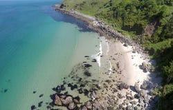 Mer d'Irlande l'Oc?an Atlantique de roches sur la chauss?e Co de Giants de littoral Antrim Irlande du Nord photos stock