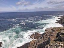 Mer d'Irlande l'Oc?an Atlantique de roches sur la chauss?e Co de Giants de littoral Antrim Irlande du Nord photo stock
