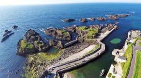 Mer d'Irlande l'Oc?an Atlantique de roches sur la chauss?e Co de Giants de littoral Antrim Irlande du Nord images stock