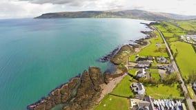 Mer d'Irlande l'Oc?an Atlantique de roches sur la chauss?e Co de Giants de littoral Antrim Irlande du Nord photographie stock libre de droits