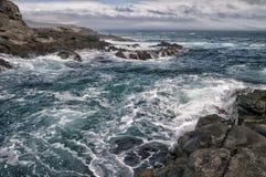 Mer dans la tempête sur des roches Photo libre de droits