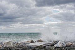 Mer dans la tempête sur des roches Photos libres de droits