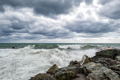 Mer dans la tempête sur des roches Image stock