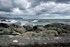 Mer dans la tempête sur des roches Photos stock