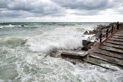 Mer dans la tempête sur des roches Photographie stock libre de droits
