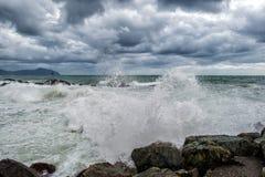 Mer dans la tempête sur des roches Image libre de droits