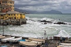 Mer dans la tempête sur des roches de village italien Photographie stock libre de droits