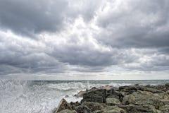 Mer dans la tempête sur des roches de village italien Photos libres de droits