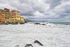 Mer dans la tempête sur des roches de village italien Images libres de droits