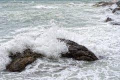 Mer dans la tempête sur des roches de village italien Images stock