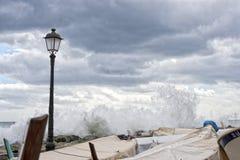 Mer dans la tempête sur des roches de village italien Photographie stock