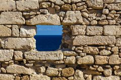 Mer dans la vieille fenêtre de forteresse de mur de briques Photo libre de droits