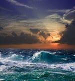 Mer dans le coucher du soleil photographie stock libre de droits