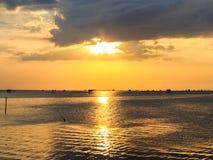 Mer dans le coucher du soleil Photos stock