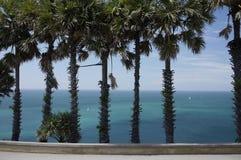 Mer de bleu de turquoise de Phuket et palmiers et bateaux Images stock