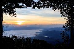 Mer de brouillard à l'aube dans les montagnes Photographie stock libre de droits