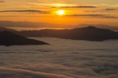 Mer de brouillard sur le lever de soleil Photos stock