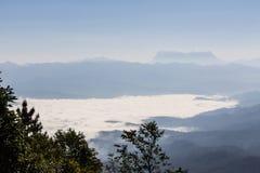 Mer de brume avec Doi Luang Chiang Dao, barrage de Doi de forme de vue dans Wianghaeng Photo stock