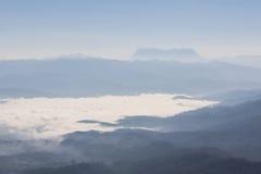 Mer de brume avec Doi Luang Chiang Dao, barrage de Doi de forme de vue dans Wianghaeng Images stock