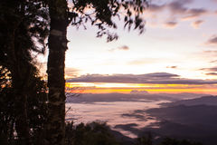 Mer de brume avec Doi Luang Chiang Dao, barrage de Doi de forme de vue dans Wianghaeng Photos libres de droits