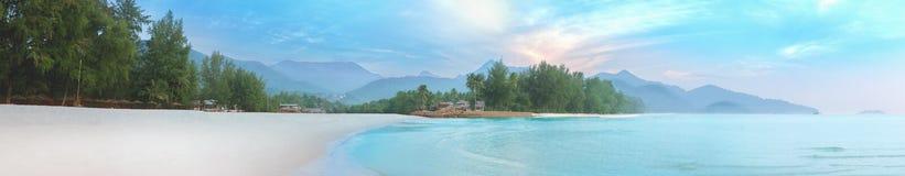 Mer de brume et de lever de soleil à la plage blanche de sable de Koh Chang photos stock