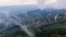 Mer de brume sur la haute montagne banque de vidéos