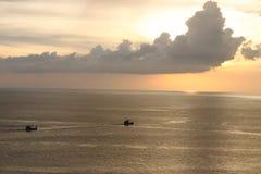 Mer de coucher du soleil avec le bateau Images stock