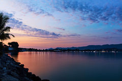 Mer de coucher du soleil de côte d'île, beau ciel Paysage marin tropical, côte Photos stock