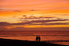 Mer de coucher du soleil de couples Images stock