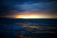 Mer de coucher du soleil de Crète en Kato Gouves Image stock