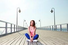 Mer de jetée attrayante de jeune femme de fille Image libre de droits