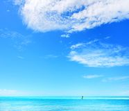 mer de jour ensoleillée Photos libres de droits