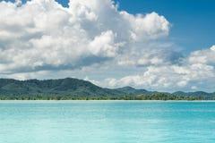Mer de la Thaïlande Andaman belle baie de bord de la mer dans la côte Koh Yao yai Paysage marin stupéfiant de plage et de montagn image libre de droits