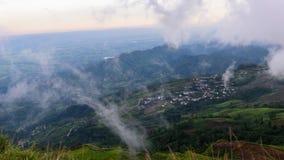 Mer de laps de temps de brume sur la haute montagne clips vidéos