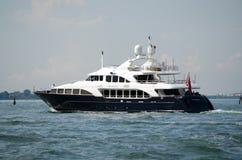 Mer de luxe BlueZ de yacht naviguant la lagune de Venise Photo stock
