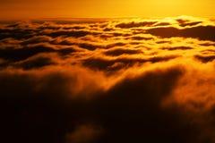 Mer de montagne des nuages image stock