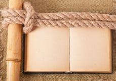 Mer de noeud et vieux livre Image libre de droits