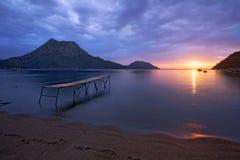 Mer de pilier et de silend au lever de soleil dans les plages sablonneuses d'Adrasan avec un Mountain View Images stock