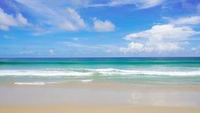 Mer de plage de Phuket Thaïlande de côte ouest belle en été Sun 4K, clip vid?o d'UHD banque de vidéos