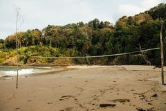 Mer de plage sablonneuse sur un fond tropical de forêt Filet de volleyball sur la plage sablonneuse image libre de droits