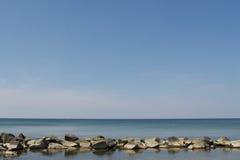 mer de roche des défenses Images stock
