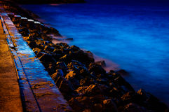 Mer de Rocky Shoreline With Steps To Image libre de droits