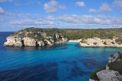 Mer de turquoise à la baie sur Île Baléare Menorca, Espagne Photos libres de droits